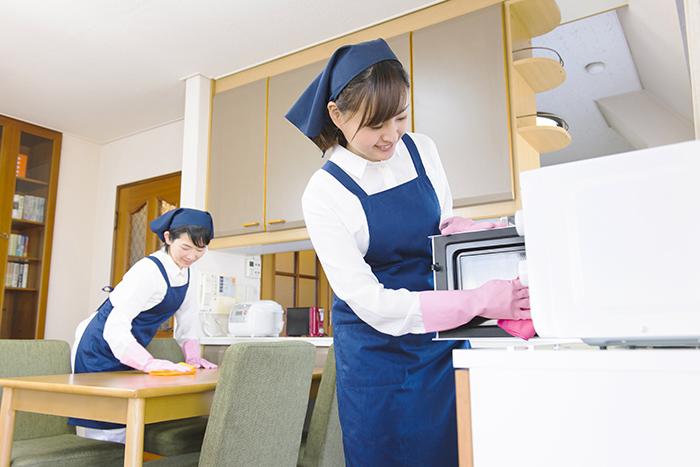 お部屋を掃除するスタッフ