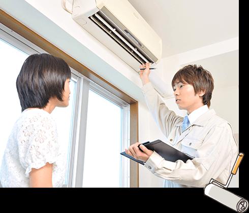 エアコンクリーニングについて詳しく説明するスタッフ